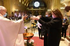 Les deux mamans versent l'eau du baptême